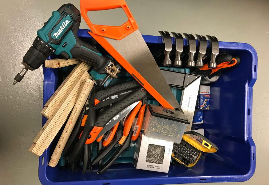 En låda full med olika verktyg