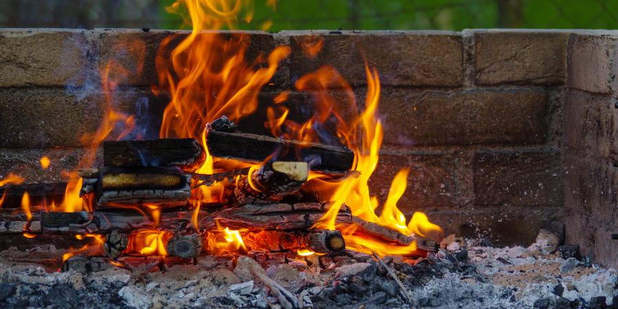 Murad eldplats med eld som brinner.