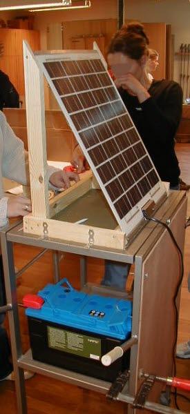 En solcell monteras ihop i ett klassrum